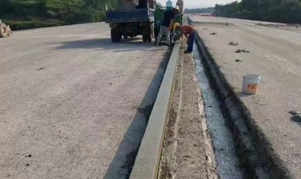 公路拦水带成型机