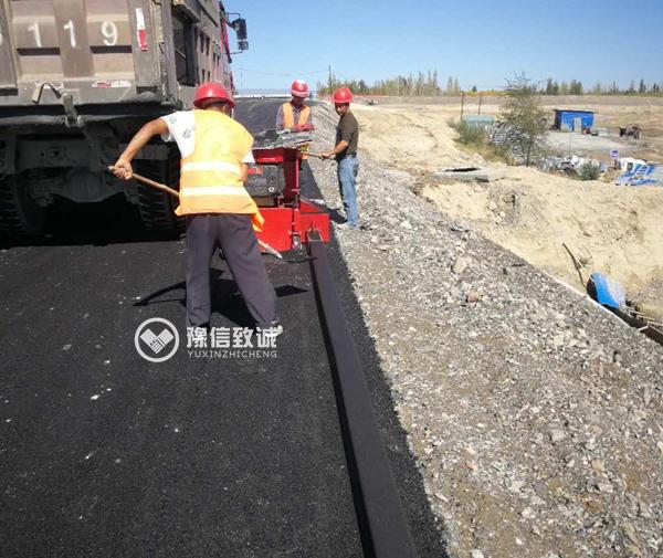 新疆博乐15*12小型拦水带机施工中